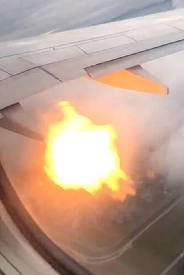 """Hành khách """"tá hỏa"""" khi động cơ máy bay bốc cháy trên không - 1"""