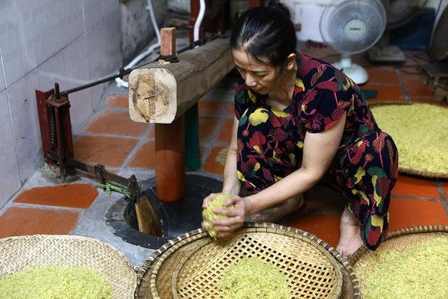 Tận mắt xem quy trình làm cốm ở làng nghề nổi tiếng nhất Hà Nội - 5