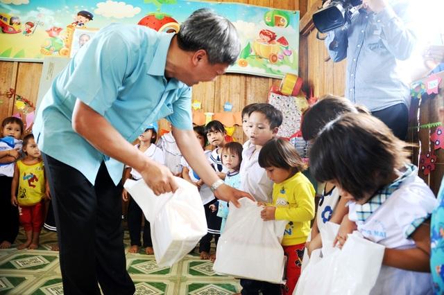 Khen thưởng cô giáo điểm trường Tăk Pổ, Nam Trà My