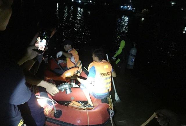 Tàu chở 7 ngư dân cùng 3 tấn ngao lật trên sông, 1 người mất tích - 1