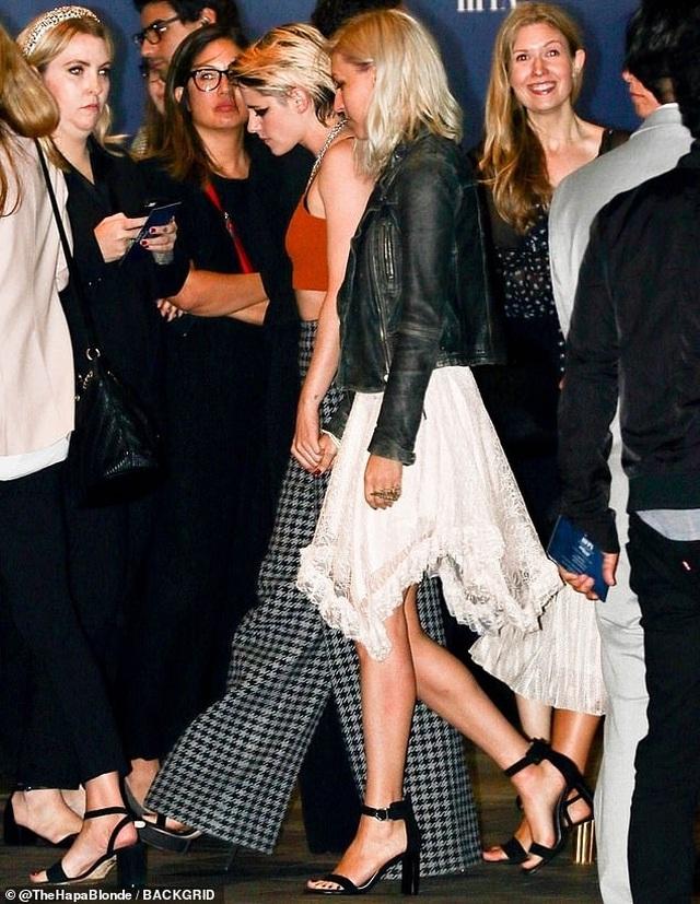 Kristen Stewart tình tứ nắm tay bạn gái mới - 4