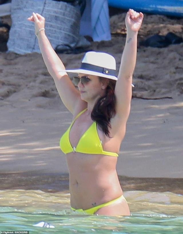 Britney vui vẻ đi tắm biển tại Hawaii - 3