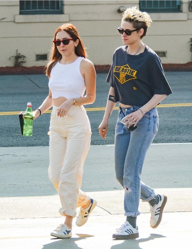 Kristen Stewart tình tứ nắm tay bạn gái mới - 7