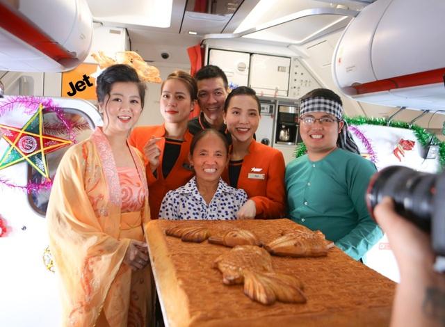 Bắt gặp bà Tân Vlog mang bánh trung thu khổng lồ lên máy bay - 1