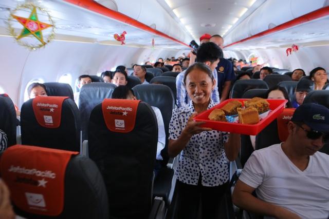Bắt gặp bà Tân Vlog mang bánh trung thu khổng lồ lên máy bay - 4