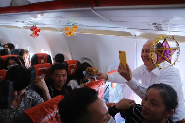 Bắt gặp bà Tân Vlog mang bánh trung thu khổng lồ lên máy bay - 5