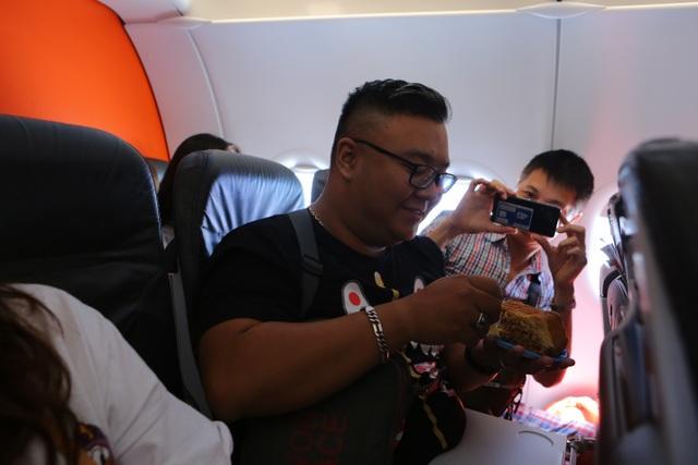 Bắt gặp bà Tân Vlog mang bánh trung thu khổng lồ lên máy bay - 6