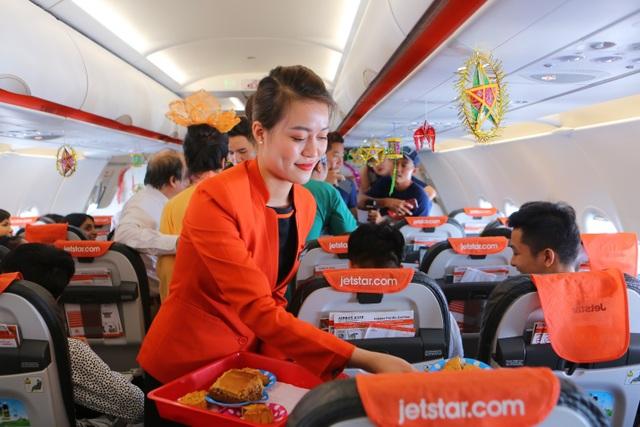 Bắt gặp bà Tân Vlog mang bánh trung thu khổng lồ lên máy bay - 7