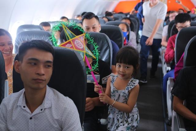 Bắt gặp bà Tân Vlog mang bánh trung thu khổng lồ lên máy bay - 8