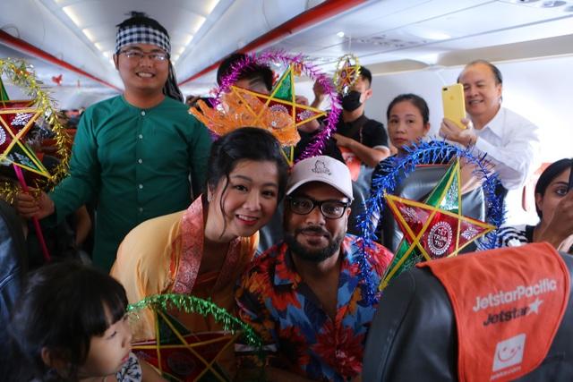 Bắt gặp bà Tân Vlog mang bánh trung thu khổng lồ lên máy bay - 9