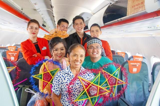 Bắt gặp bà Tân Vlog mang bánh trung thu khổng lồ lên máy bay - 10