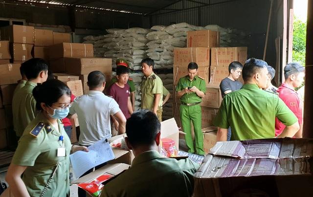Bộ Công an bắt giữ 50 tấn bánh kẹo, đồ chơi Trung thu nhập lậu - 1
