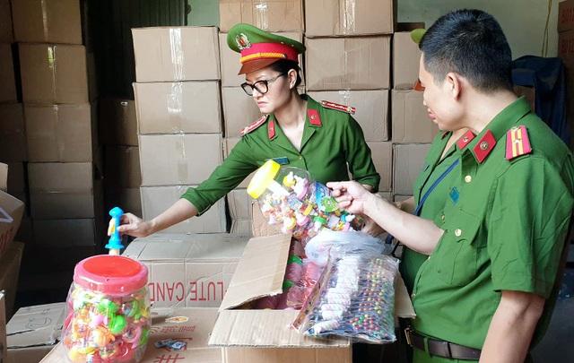 Bộ Công an bắt giữ 50 tấn bánh kẹo, đồ chơi Trung thu nhập lậu - 5