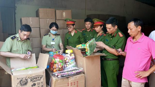 Bộ Công an bắt giữ 50 tấn bánh kẹo, đồ chơi Trung thu nhập lậu - 4