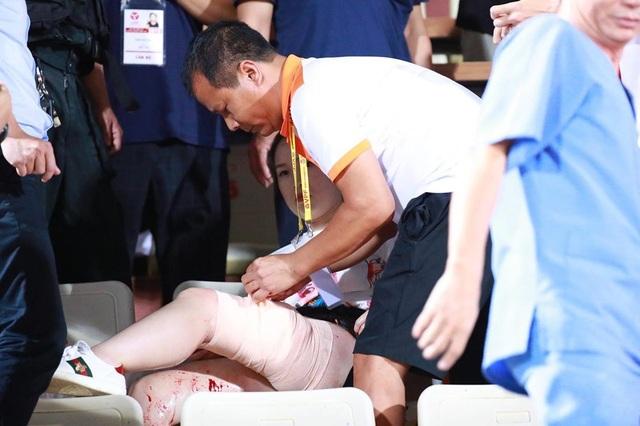 Trung vệ Duy Mạnh thăm nữ CĐV bị thương do pháo sáng - 2