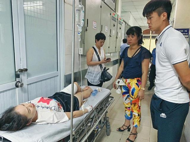 Trung vệ Duy Mạnh thăm nữ CĐV bị thương do pháo sáng - 3