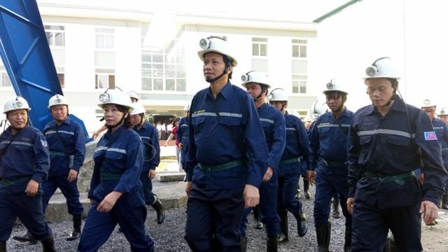 Dưới hầm lò sâu 140 m, Bộ trưởng Lao động hỏi về đời sống của thợ mỏ - 1