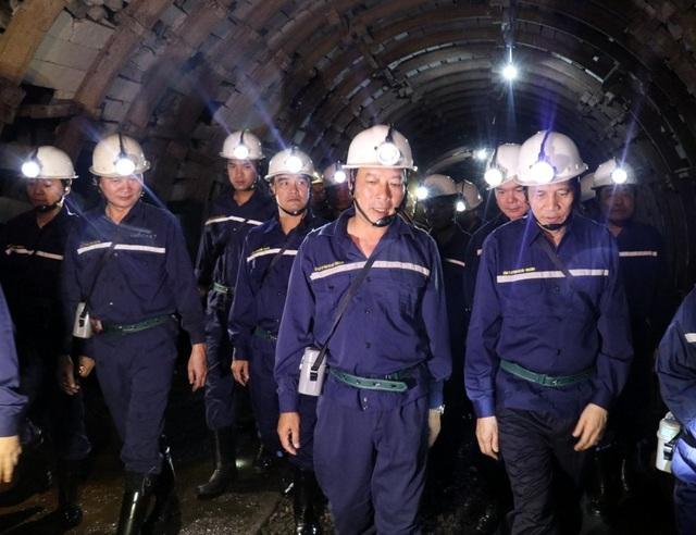 Dưới hầm lò sâu 140 m, Bộ trưởng Lao động hỏi về đời sống của thợ mỏ - 2