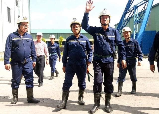 Dưới hầm lò sâu 140 m, Bộ trưởng Lao động hỏi về đời sống của thợ mỏ - 6