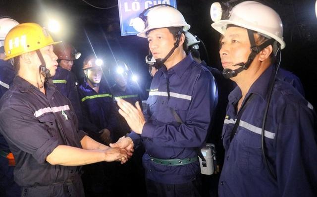 Dưới hầm lò sâu 140 m, Bộ trưởng Lao động hỏi về đời sống của thợ mỏ - 3