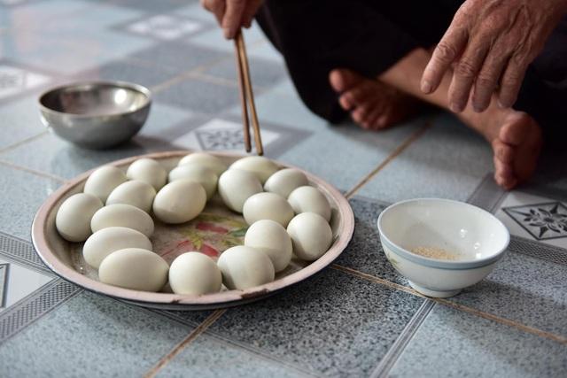 Người đàn ông có biệt tài ăn 8 bát cơm, tráng miệng bằng 15 quả trứng vịt lộn  - 5