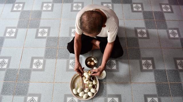 Người đàn ông có biệt tài ăn 8 bát cơm, tráng miệng bằng 15 quả trứng vịt lộn  - 12