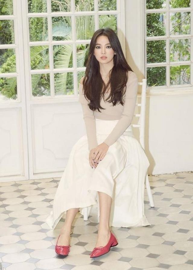 Song Hye Kyo khoe chân thon, tạo dáng gợi cảm trong loạt ảnh mới - 7