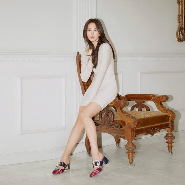 Song Hye Kyo khoe chân thon, tạo dáng gợi cảm trong loạt ảnh mới - 4