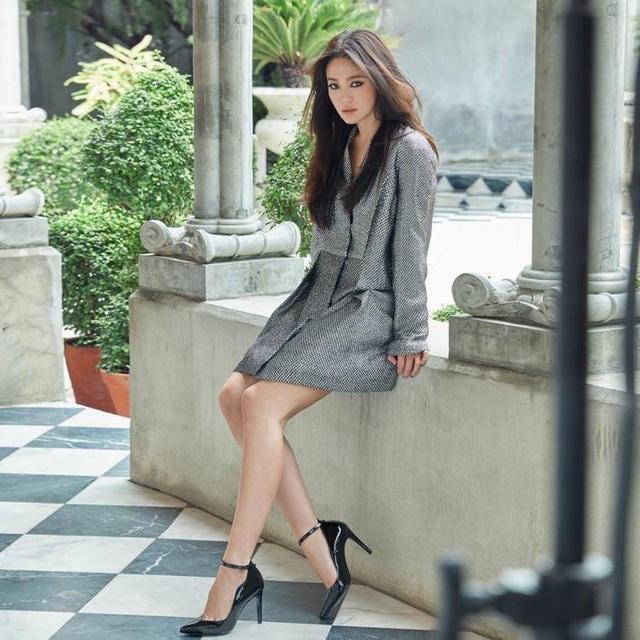 Song Hye Kyo khoe chân thon, tạo dáng gợi cảm trong loạt ảnh mới - 6