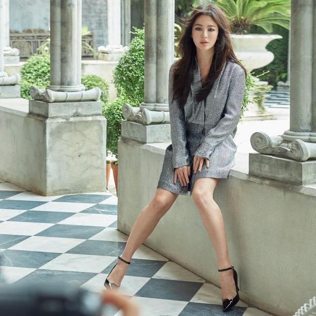 Song Hye Kyo khoe chân thon, tạo dáng gợi cảm trong loạt ảnh mới - 3