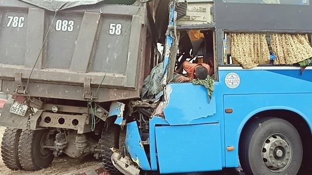 Xe khách húc đuôi xe tải, 3 người bị thương nặng - 3