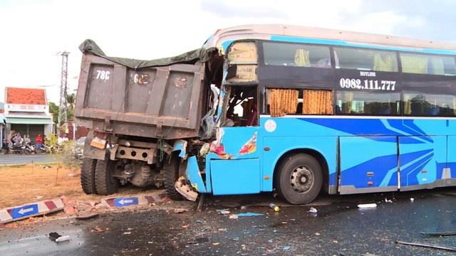 Xe khách húc đuôi xe tải, 3 người bị thương nặng - 1