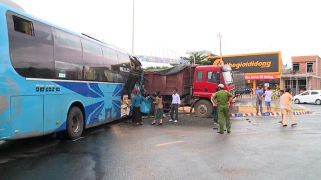 Xe khách húc đuôi xe tải, 3 người bị thương nặng - 4
