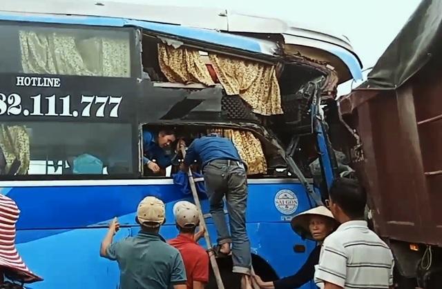 Xe khách húc đuôi xe tải, 3 người bị thương nặng - 2