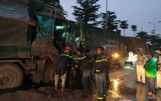 Hà Nội: Cảnh sát phá cửa, giải cứu tài xế xe tải mắc kẹt sau tai nạn - 1