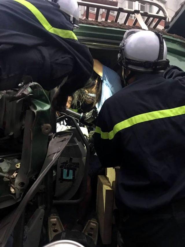 Hà Nội: Cảnh sát phá cửa, giải cứu tài xế xe tải mắc kẹt sau tai nạn - 3