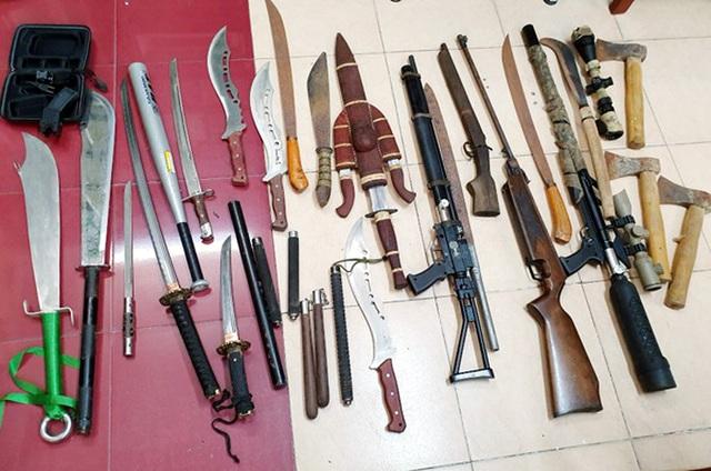 """Hà Nội: Phá ổ nhóm cho vay lãi """"cắt cổ"""", thu nhiều dao, súng - 2"""