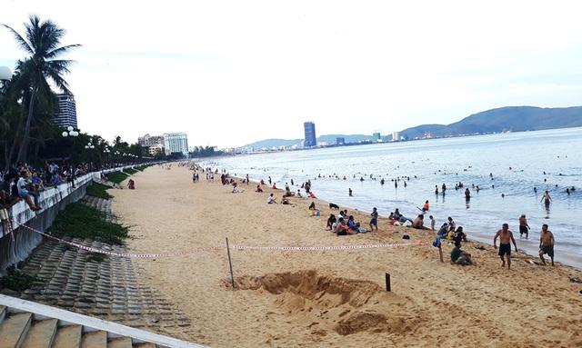 Bãi biển Quy Nhơn bất ngờ phát lộ bãi đá phủ rêu xanh - 2