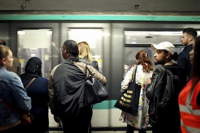 Pháp: Giao thông tê liệt ở Paris do bãi công phản đối cải cách lương hưu - 1