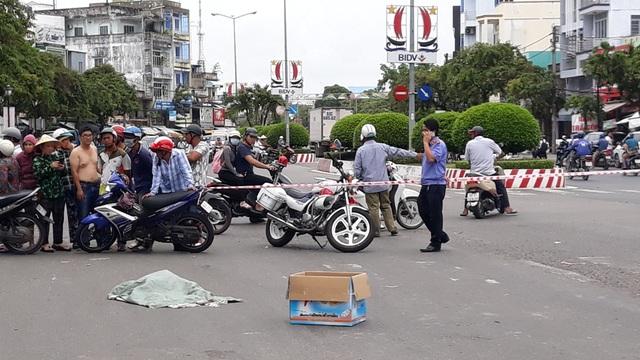 Một phụ nữ đánh rơi bao tải chứa thi thể hài nhi - 2