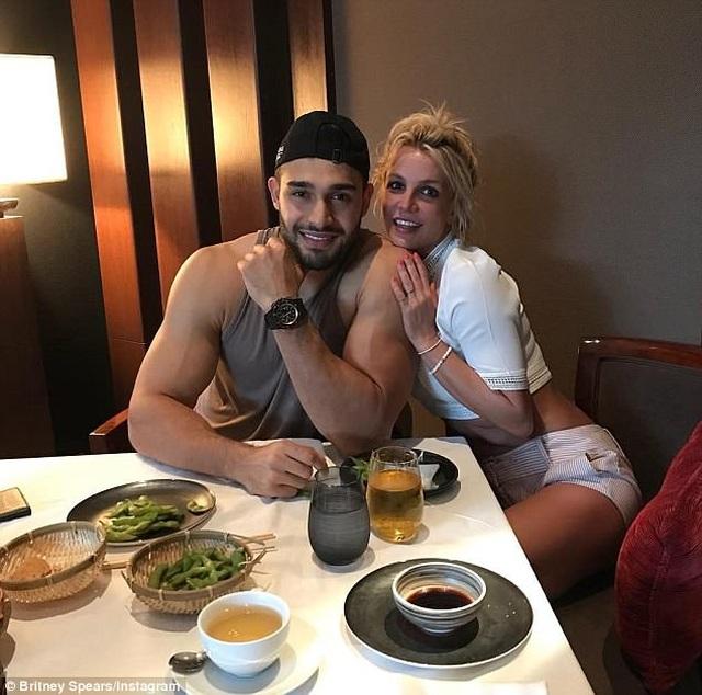 Bạn trai giúp Britney Spears giữ bình tĩnh - 1