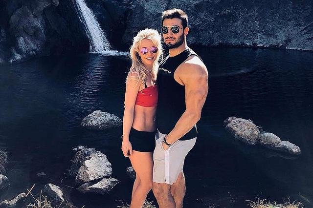 Bạn trai giúp Britney Spears giữ bình tĩnh - 4