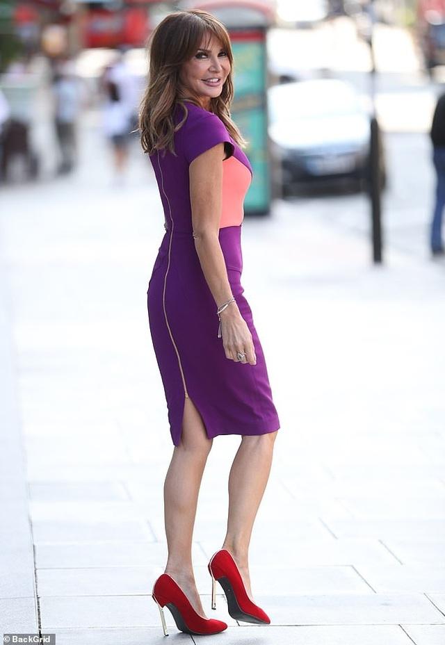 Lizzie Cundy: 49 tuổi vẫn diện váy hở bạo - 9