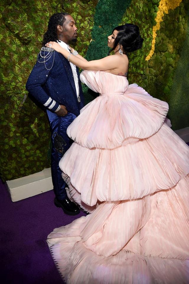 Cardi B lộng lẫy trong bộ váy siêu to khổng lồ - 5