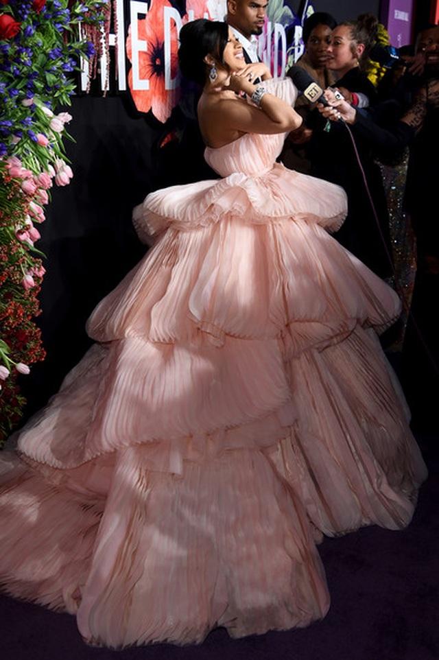 Cardi B lộng lẫy trong bộ váy siêu to khổng lồ - 7