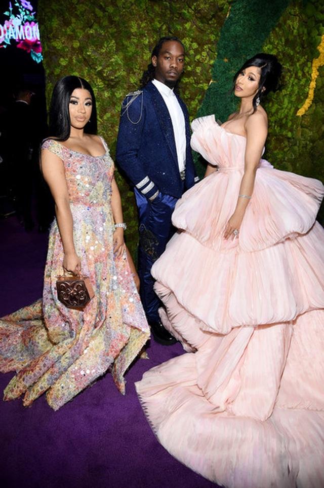 Cardi B lộng lẫy trong bộ váy siêu to khổng lồ - 6