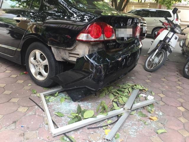 Cửa kính nhà chung cư rơi trúng ô tô, nhiều người may mắn thoát nạn - 1