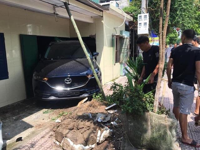 Nam thanh niên Thái Bình lùi xe Mazda CX-5 sập tường nhà bố mẹ - 1