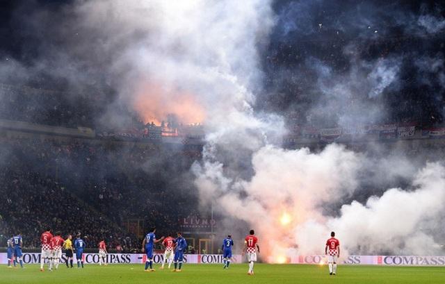 Sân Hàng Đẫy bị phạt 85 triệu đồng, bóng đá thế giới xử phạt pháo sáng như thế nào? - Ảnh minh hoạ 3