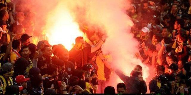 Sân Hàng Đẫy bị phạt 85 triệu đồng, bóng đá thế giới xử phạt pháo sáng như thế nào? - Ảnh minh hoạ 5